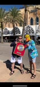 Ingo ohne Flamingo feiert goldene Schallplatte mit Sigi Holleis vor dem Mega Park auf Mallorca.